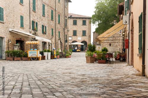 Fotografie, Obraz  Platz in St. Leon, Marken, Italien
