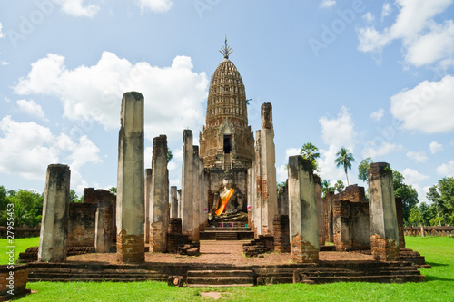Cuadros en Lienzo ancient seated buddha staue in the temple ruins of sukhothai in