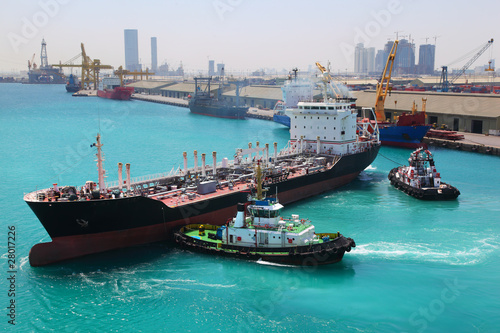 Poster Abou Dabi boats docked to industrial ship in port sail to sea at sunny day
