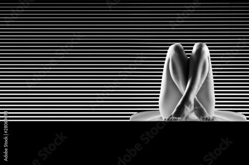 Fototapeta Kobieta nago artystycznie, ze skrzyżowanymi nogami czarno-biała
