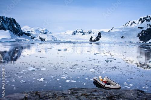 Foto auf Gartenposter Antarktika boat in Antarctica