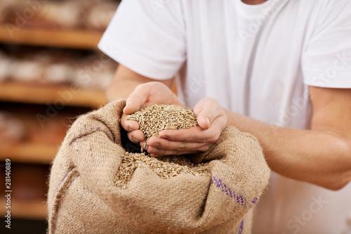Canvas-taulu bäcker prüft das korn