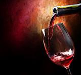 Czerwone wino w nastrojowej scenerii