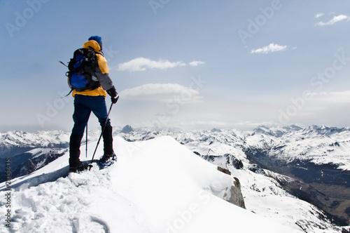 montañero en la montaña nevada Canvas Print