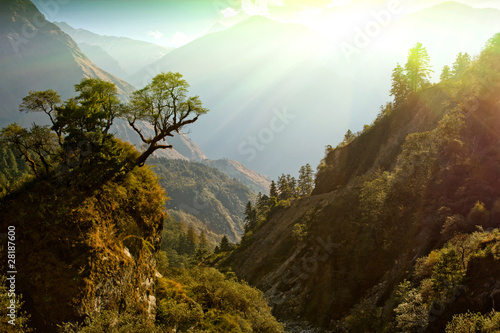 In de dag Diepbruine enchanted mountain landscape, Nepal