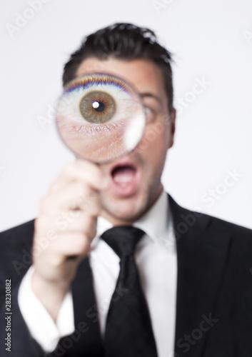 regard alarmiste d'homme à la loupe Canvas Print