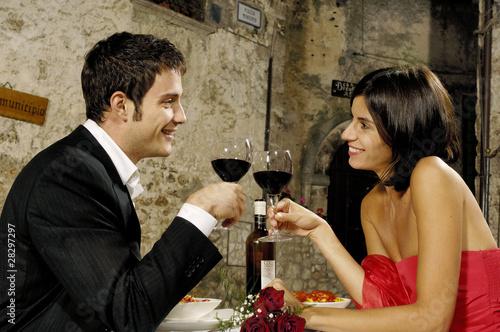 Photo  innamorati che brindano