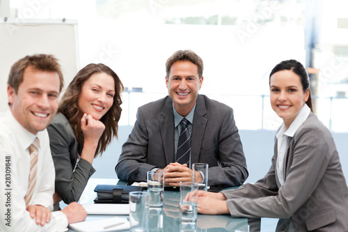 Fotografía  Portrait of a positive team sitting at a table