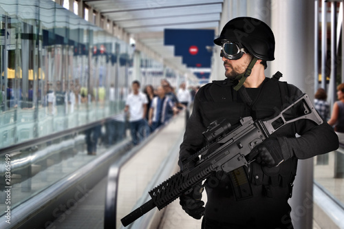 Airport security, armed police Tablou Canvas