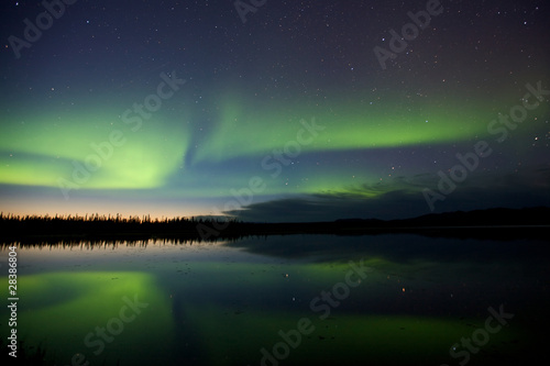Photo  Aurora Borealis Over a Lake
