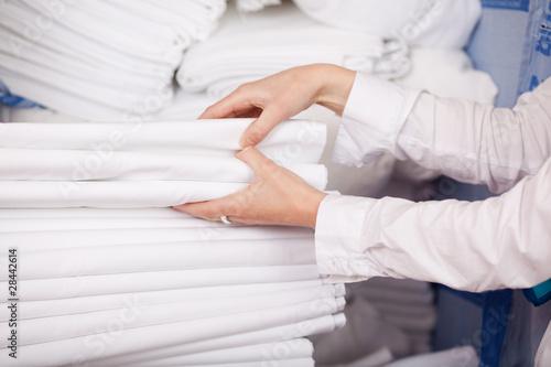 Photo frische weiße bettwäsche