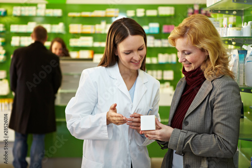 Photo sur Aluminium Pharmacie Apothekerin erklärt Medikament