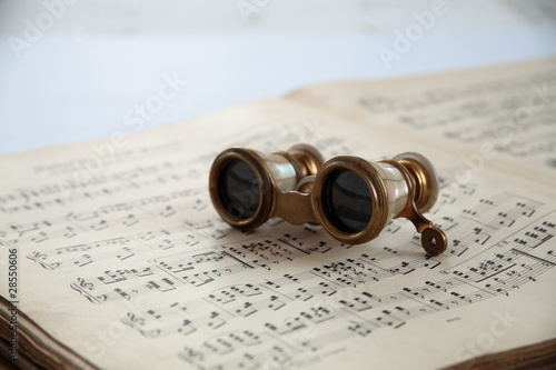 Note and old opera glasses