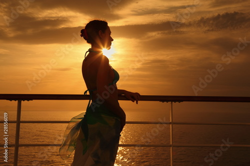 Photo  woman standing on deck of cruise ship and looking away.