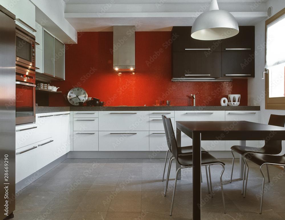 cucina moderna con alzata di piastrelle rosse Foto, Poster ...