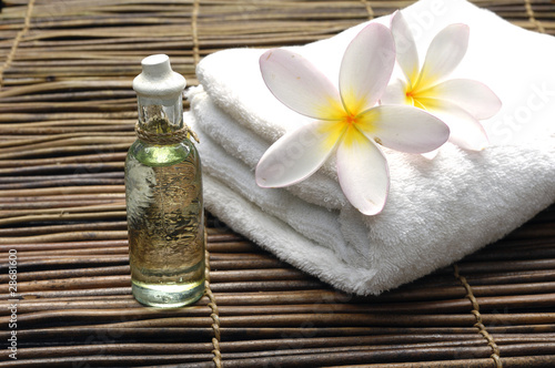 Spoed Foto op Canvas Spa Frangipani on white towel with massage oil