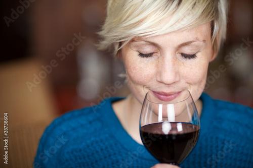 Obraz lächelnde frau genießt rotwein - fototapety do salonu