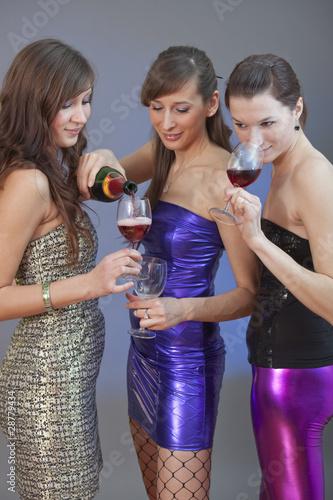 Fototapeta girls drinking on disco obraz na płótnie