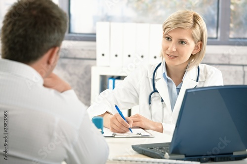 Fotografia  Doctor taking notes about patient
