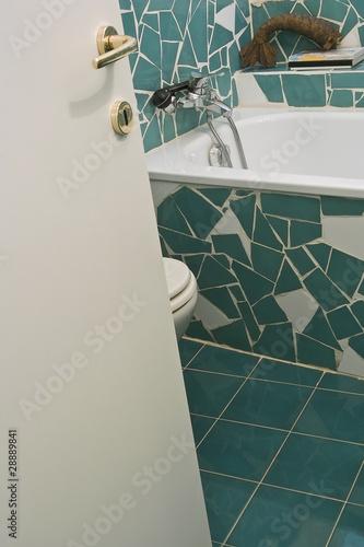 rubinetto cromato della vasca nel bagno con piastrelle verdi ...