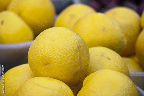 Świeże grejpfruty na targu