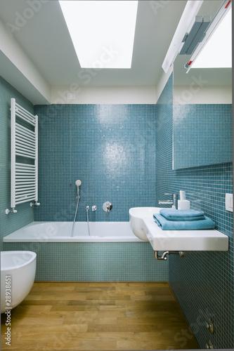 bagno moderno con piastrelle blu - Buy this stock photo and explore ...