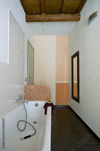 bagno moderno con specchio e parete colorata - Buy this ...
