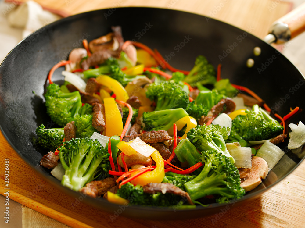Photo  wok stir fry with beef and vegetables