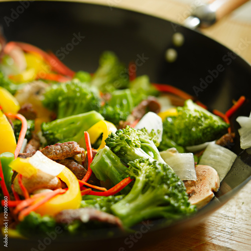 Photo  wok stir fry closeup with selective focus