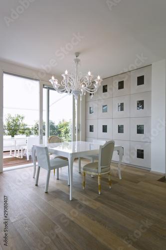 moderna sala da pranzo con vista terrazzo – kaufen Sie dieses Foto ...