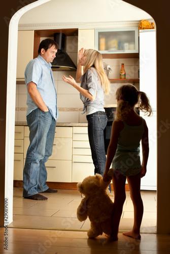 Plakaty o przemocy dziecko-patrzy-na-przysiegajacych-rodzicow