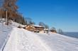 Winterwanderweg in den bayrischen Alpen mit blauem Himmel