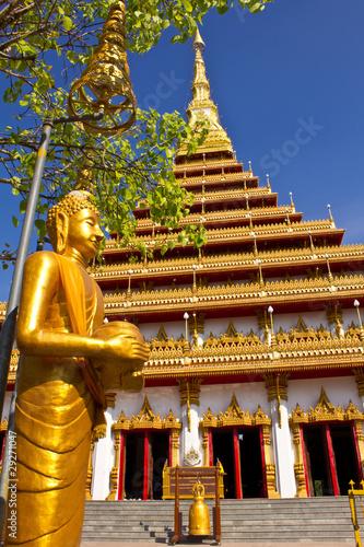 In de dag Temple Buddha statue in front of Wat Nongwaeng pagoda