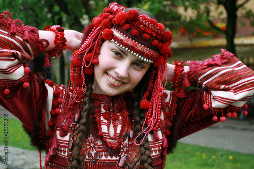 Fotografia  The young girl in a national Ukrainian suit