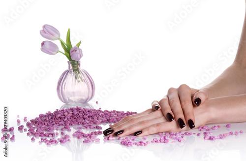 ciemny-mancure-kamienie-spa-i-wazon-bzu-z-tulipanem