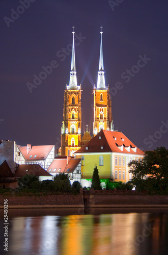 oswietlona-wroclawska-katedra-w-nocy