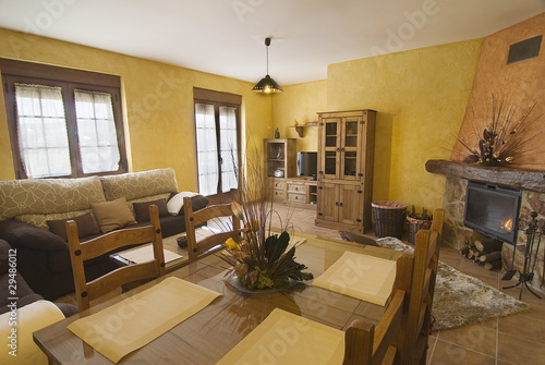Salón comedor de una casa rural con chimenea. – kaufen Sie ...