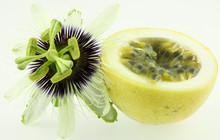 Demi Fruit De La Passion Et Fleur De Passiflora Edulis