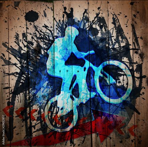 biker-cyfrowe-graffiti-na-drewnianym-plocie