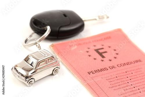 Photo  Porte clé en forme de voiture accroché à des clés de voiture