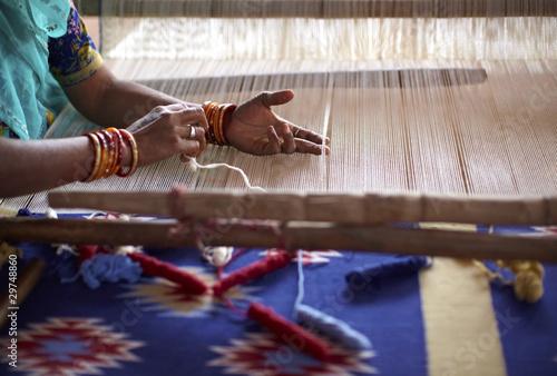 Kobiety ręka wyplata dywan z ręcznym krosnem w India