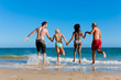 Freunde laufen im Urlaub am Strand