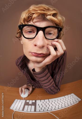 znudzony-pracownik-biurowy