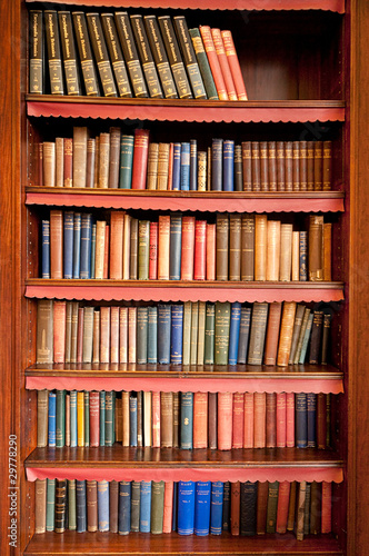 Montage in der Fensternische Bücherei Old bookshelf with rows of books in ancient library