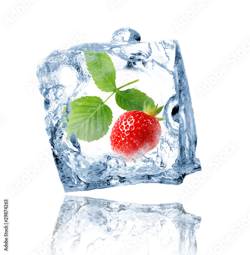 Poster Dans la glace Strawberry in ice cube