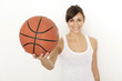 sportliche Frau mit Basketball