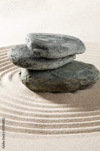 Photo sur Plexiglas Zen pierres a sable pierre cailloux zen sur fond de sable fin