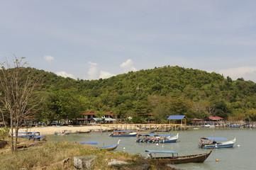 Fototapeta na wymiar Malaisie Langkawi Teluk Baru Besar barques à touristes