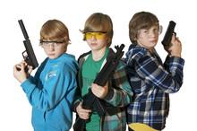 Drei Kinder Mit Softair Pistolen