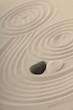 Steine als Herz im Sand mit Spuren